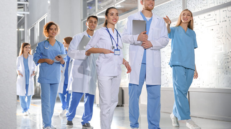 Ứng tuyển vào trường y ở Canada và Mỹ như thế nào?